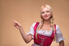 Jong sexy blonde die dirndl dragen Royalty-vrije Stock Fotografie