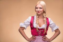 Jong sexy blonde die dirndl dragen Stock Afbeeldingen