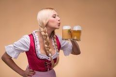 Jong sexy blonde die dirndl dragen Stock Afbeelding