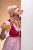 Jong sexy blonde die dirndl dragen Stock Foto's