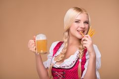 Jong sexy blonde die dirndl dragen Royalty-vrije Stock Afbeeldingen