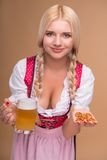 Jong sexy blonde die dirndl dragen Royalty-vrije Stock Foto's