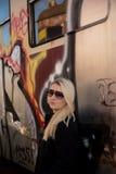 Jong sexy meisje met trein en grafity Stock Afbeelding