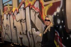 Jong sexy meisje met trein en grafity Stock Foto