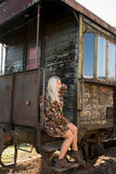 Jong sexy meisje op het oude station Stock Foto's