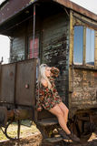 Jong sexy meisje op het oude station Stock Foto