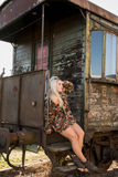 Jong sexy meisje op het oude station Royalty-vrije Stock Afbeeldingen