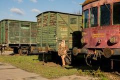 Jong sexy meisje op het oude station met trein Royalty-vrije Stock Foto's