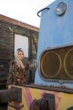 Jong sexy meisje op het oude station met trein Stock Afbeeldingen