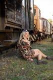 Jong sexy meisje op het oude station met trein Stock Foto