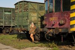 Jong sexy meisje op het oude station met trein Stock Afbeelding