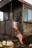 Jong sexy meisje op het oude station met trein Stock Foto's