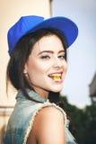 Jong sexy vrouw het bijten gelatinesuikergoed Royalty-vrije Stock Afbeelding