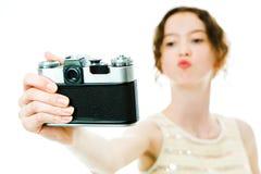 Jong slank meisje die selfie met uitstekende analoge camera nemen - kus royalty-vrije stock foto