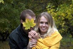 Jong speels paar in liefde Stock Foto's