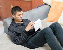 Jong spel iPad Royalty-vrije Stock Foto's