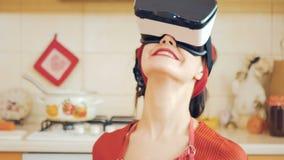 Jong speld-omhooggaand meisje in virtuele werkelijkheidsglazen stock footage