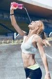 Jong sportief de agentmeisje/vrouw/wijfje van de geschiktheidsspier Stock Foto