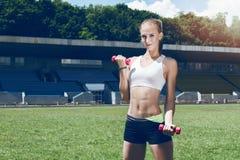 Jong sportief de agentmeisje/vrouw/wijfje van de geschiktheidsspier Royalty-vrije Stock Foto