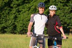 Jong Sportief Paar op Fiets stock foto's