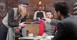 Jong startteam die een vergadering in een koffie hebben stock footage