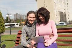 In jong studentenpaar in stad die tablet gebruiken Royalty-vrije Stock Fotografie