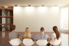 Jong team die blinde muur bekijken Royalty-vrije Stock Afbeeldingen