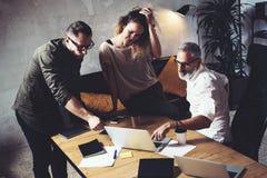 Jong team die van succesvolle zakenman grote bespreking in moderne coworking studio maken Gebaarde mens die spreken met Stock Afbeelding