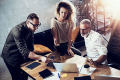Jong team die van succesvolle zakenman grote bespreking in moderne coworking studio maken Gebaarde mens die spreken met Stock Foto's