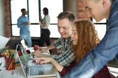 Jong team die van targeters aan project samenwerken royalty-vrije stock afbeeldingen