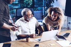 Jong team van medewerkers die grote het werkbespreking in modern coworking bureau maken Gebaarde mens die met collega's spreken Royalty-vrije Stock Foto's