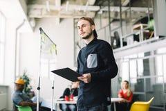 Jong team van medewerkers die grote vergaderingsbespreking in modern coworking bureau maken Portret van creatieve beroeps stock afbeeldingen