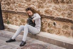 Jong tienermeisje die in een rugzakzitting doorzoeken op de stappen van het oude huis royalty-vrije stock fotografie