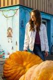 Jong tienerportret met reuzepompoenen stock foto's