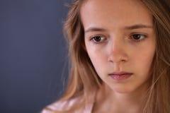 Jong tienerportret van droevig of ongerust gemaakt gir stock foto