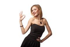 Jong tienerwijfje die gesturing o.k. tonen tegen witte achtergrond Stock Afbeelding