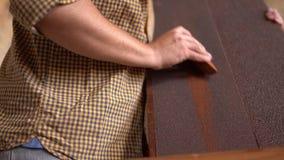 Jong timmermans schurend hout in workshop stock video