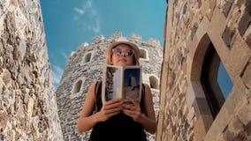 Jong toeristenmeisje die een brochure in Rabati-Kasteel bekijken royalty-vrije stock afbeeldingen