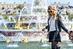 Jong toeristenmeisje in Parijs, Frankrijk Gelukkige vrouw die de meningen bewonderen Franse geklede stijl Portret zachte bokeh stock afbeeldingen