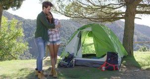 Jong toeristenpaar in liefde stock video