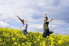 Jong toevallig paar dat van de zomer geniet Stock Foto's