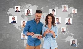 Jong toevallig paar die vrienden op sociale netwerken maken stock afbeeldingen
