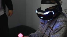 Jong virtueel de werkelijkheidsspel van het jongensspel Toekomstige Technologie Videospelletje het spelen stock footage
