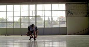 Jong volwassen de schoenkant die van de mensenband voor fitness sporttraining voorbereidingen treffen Front View Grunge industrië stock footage