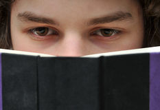 Jong Volwassen lezingsboek Royalty-vrije Stock Foto's