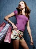 Jong volwassen meisje met gekleurde zakken Stock Foto's