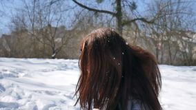 Jong volwassen meisje in zwarte zonnebril en het rechte donkere haar genieten die in openlucht in het park in de ochtend zijn tij stock video