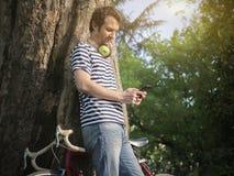 Jong volwassen mensenoverseinen op zijn telefoon openlucht in de stad Royalty-vrije Stock Foto's