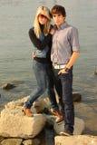 Jong volwassen paar door een rivier Stock Afbeeldingen