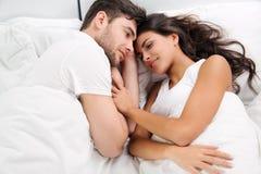 Jong volwassen paar in slaapkamer Stock Fotografie
